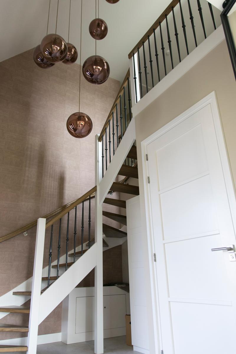 Haleko bouwbedrijf nieuwbouw hal villa balustrade trap for Balustrade trap